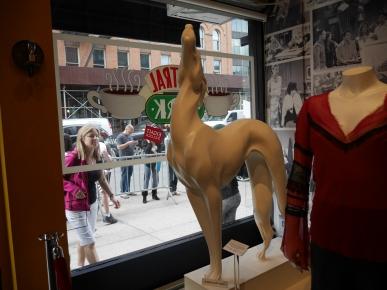 Central perk, friends, dog sculpture